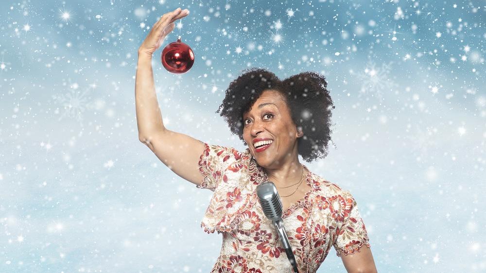 Fransesca Quartey i Julkväll med Västerbottensteatern, digital föreställning julen 2020. Foto: Patrick Degerman. Bearbetning: Sofia Lindblom.