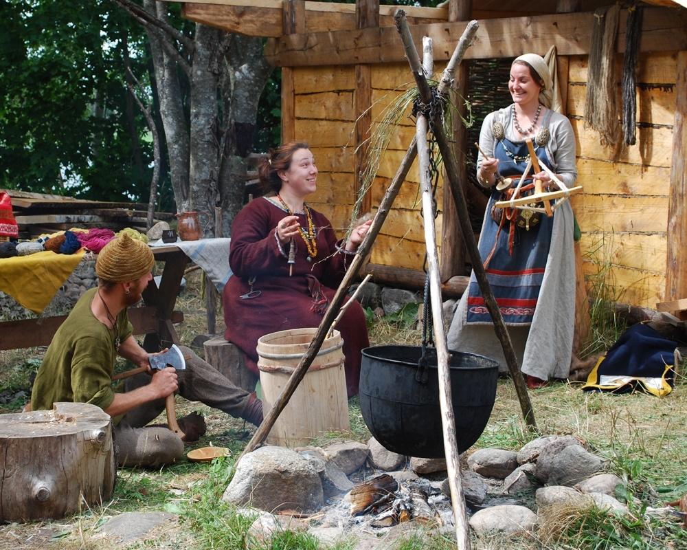 Bo som en viking på Vikingabyn Storholmen