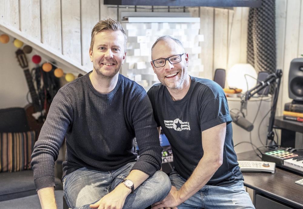 Jonas Thander och sångaren Sven Nykvist under inspelningen av nya Vätternundanlåten Oslagbara. Foto: Robin Pagmar/Vätternrundan