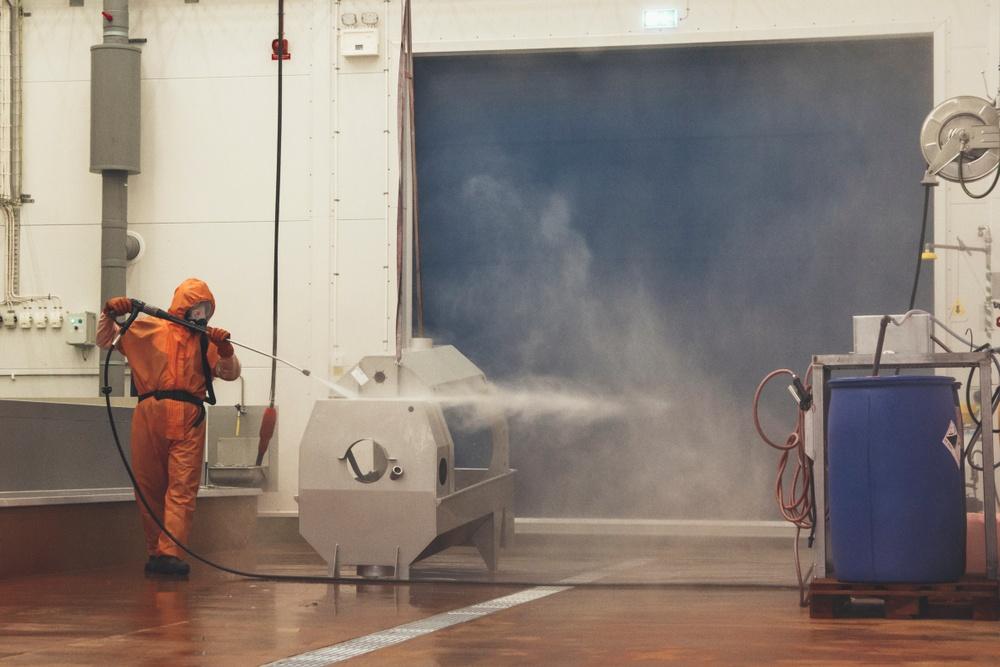 Bilden visar avspolning av betvätska från ett trumsilsstativ efter att produkten betats.