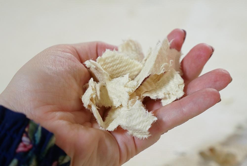 Biosorbes pappersliknande absorbent framställs genom en process som kombinerar cellulosa med ett antal naturliga komponenter. Foto: Paper Province