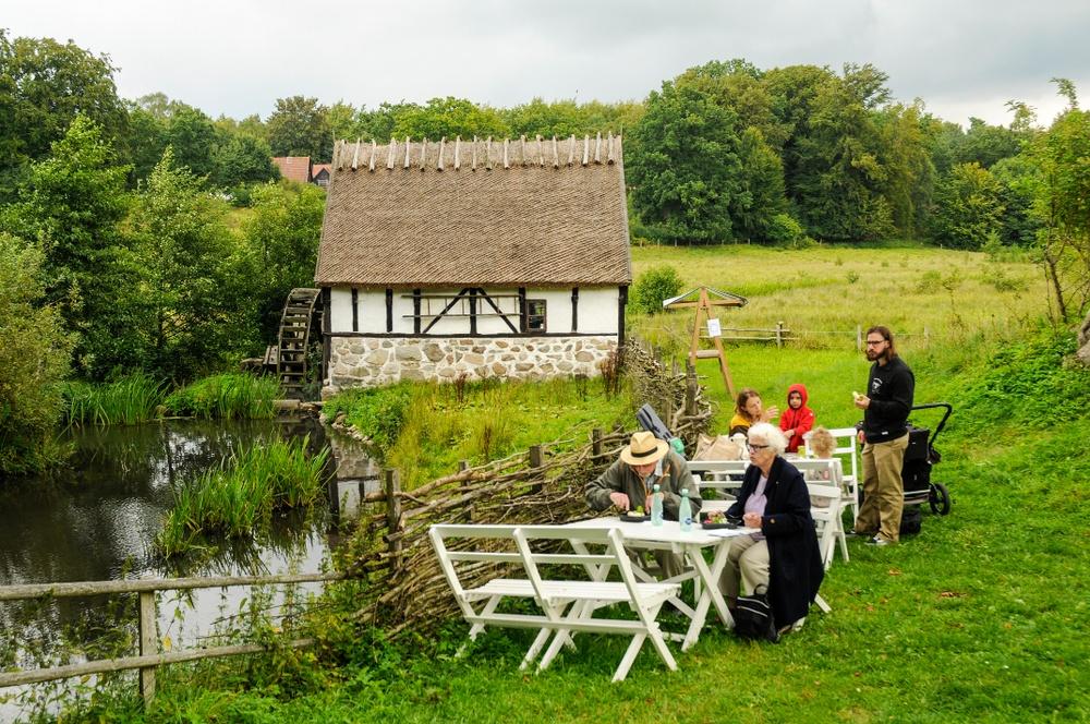 Vid dammen med vattenmölla från 1700-talet