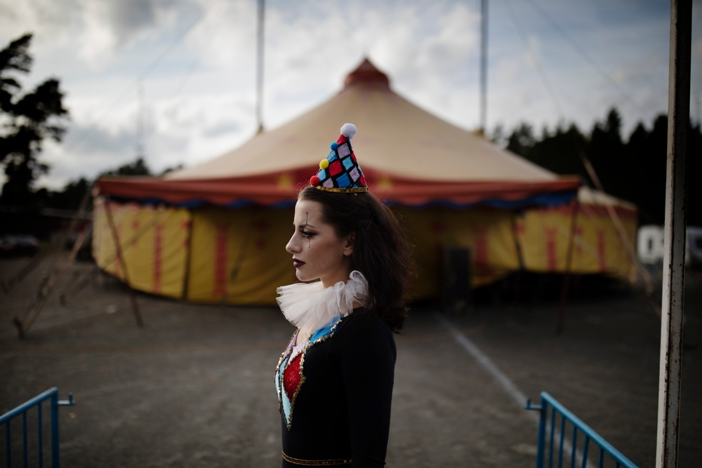 Simona Rhodin framför Cirkus Rhodins tält. Foto: Åsa Sjöström.