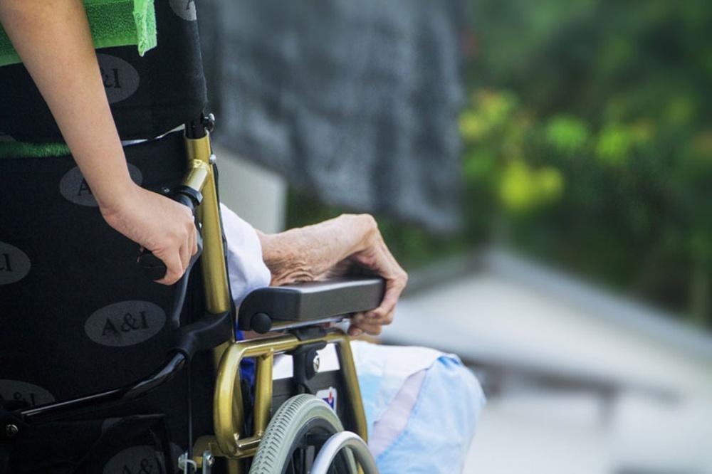 Rullstol med äldre person