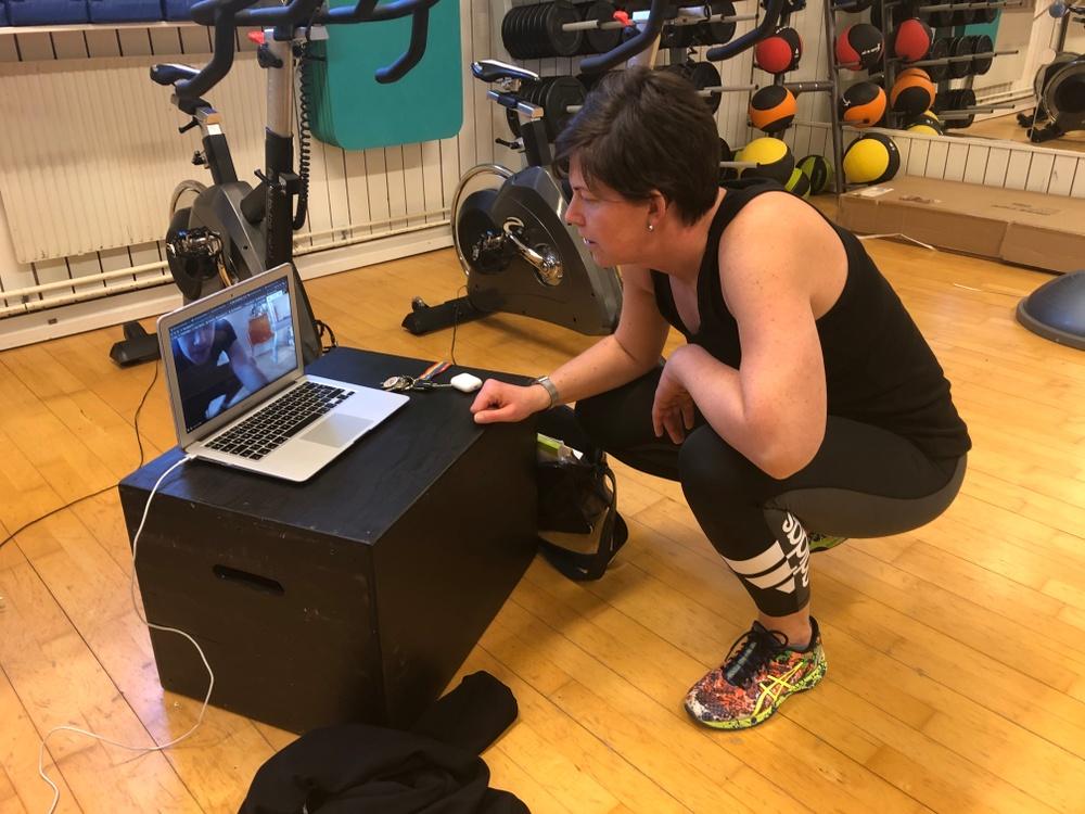 Läraren Johanna Fogelberg leder en idrottslektion via datorn.