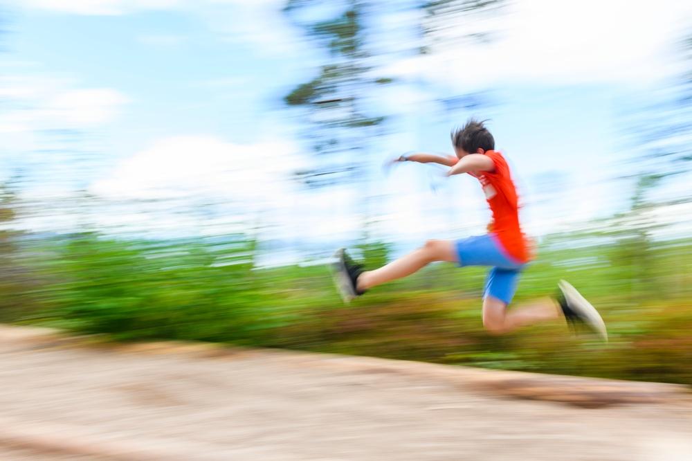 Pojke som hoppar längdhopp