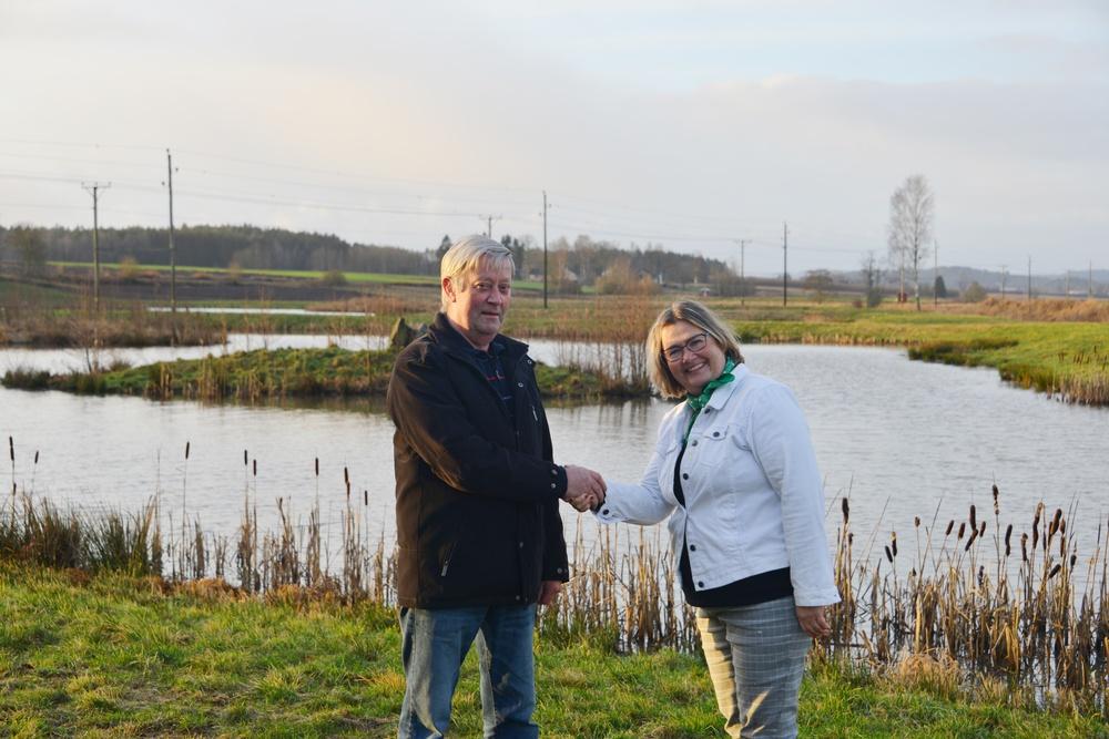 Pristagaren Lennart Melander gratuleras av miljöskyddsnämndens ordförande Susanna Nerell (C).