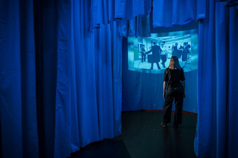 Besökare i utställningen Everybody Dance! på Scenkonstmuseet. Foto: Miki Anagrius