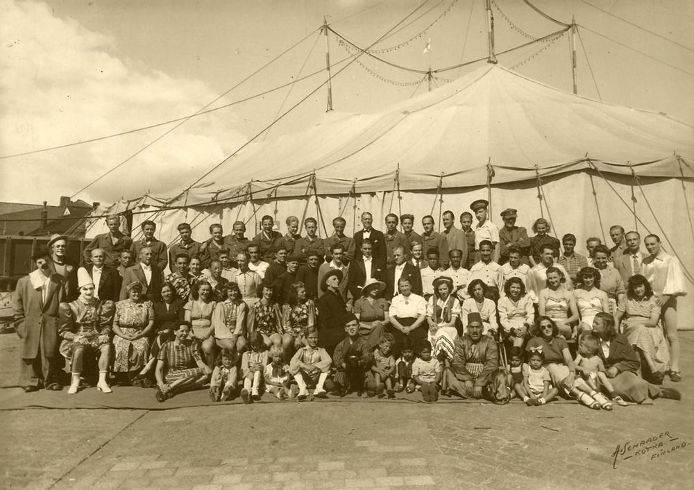 Hela personalen på Zoo Cirkus säsongen 1946. Originalfotot tillhör Diana Rhodin.