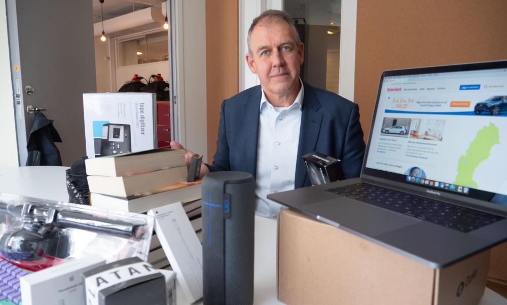 Säljarnas Förbundsordförande Jan Zetterström och några av sakerna som säljs på Blocket.