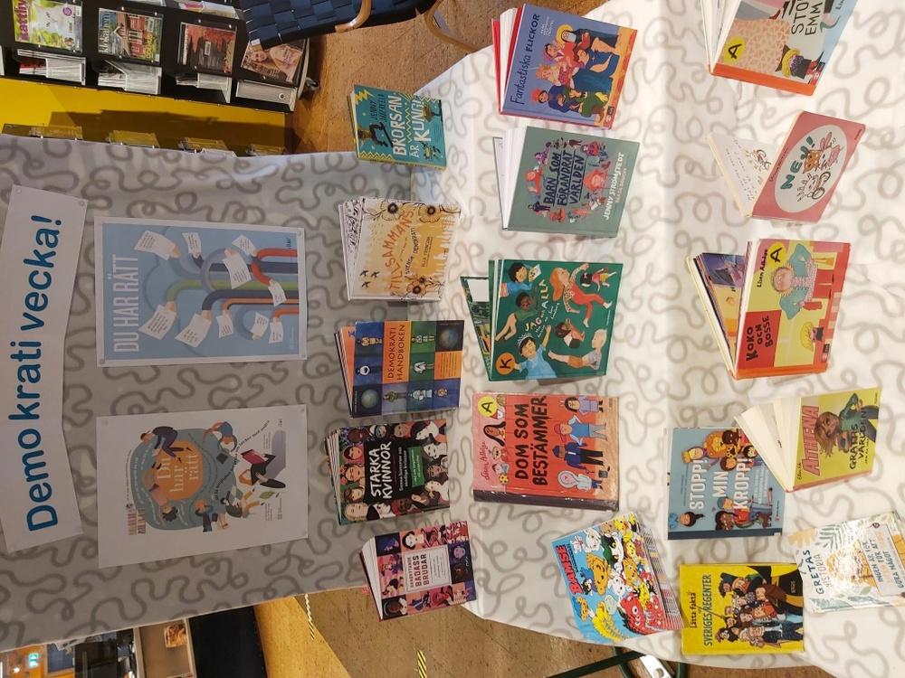 Bord med boktips för barn - tema demokrati.