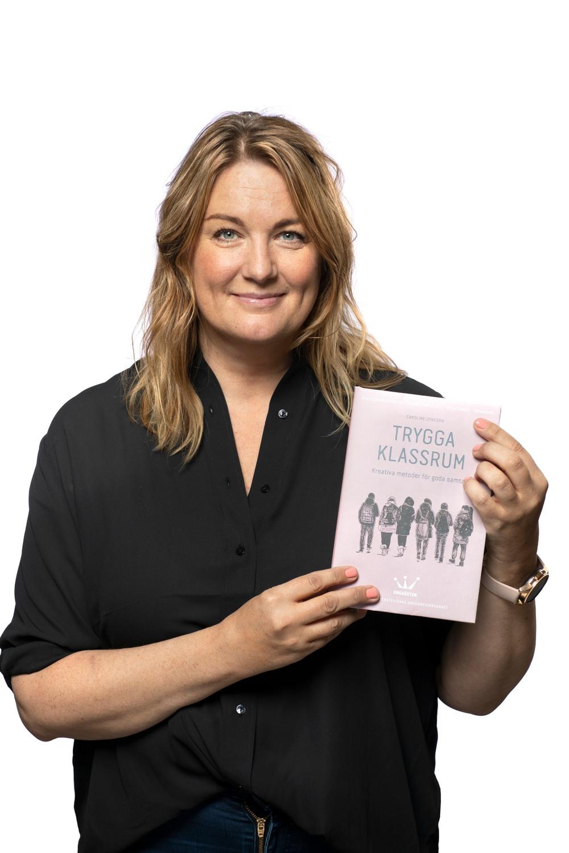 Malin Lundqvist, grundare och avdelningschef UngHästen, med boken Trygga klassrum som släpps 1 september 2020. Foto: Patrick Degerman.