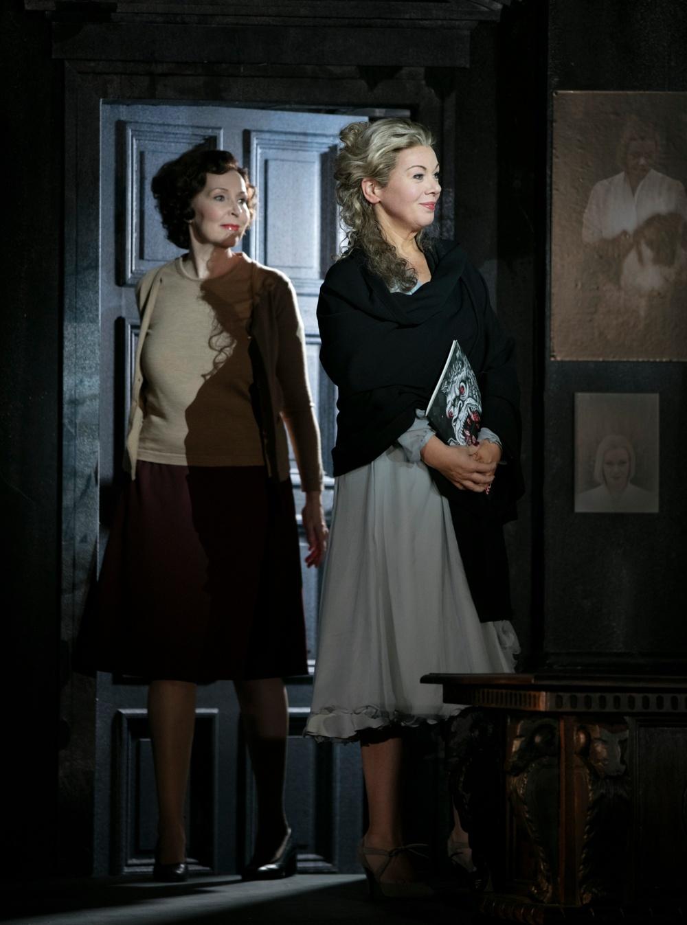 Ulrika Tenstam (Brigitta) och AnnLouice Lögdlund (Marietta)