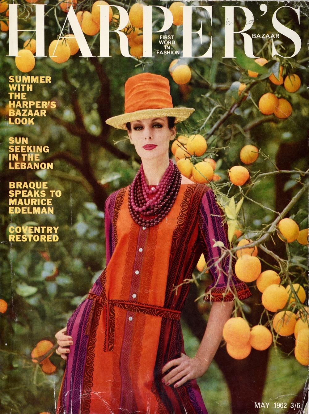 Harper's Bazaar-omslag från 1962 med Katja of Sweden-designad klänning i tyget KÄSPAIKKA, designat av Maija Isola för Marimekko. Foto: Viveca Ohlsson/Kulturen