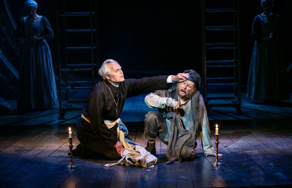 Biskopen av Digne (Björn Eduard) och Jean Valjean (Christer Nerfont)