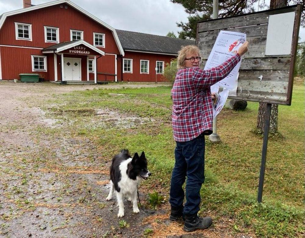 På bilden: Sven-Ove Wånö, vice ordförande i Ekeby bygdegårdsförening, och hunden Gizmo Foto: Ekeby bygdegårdsförening