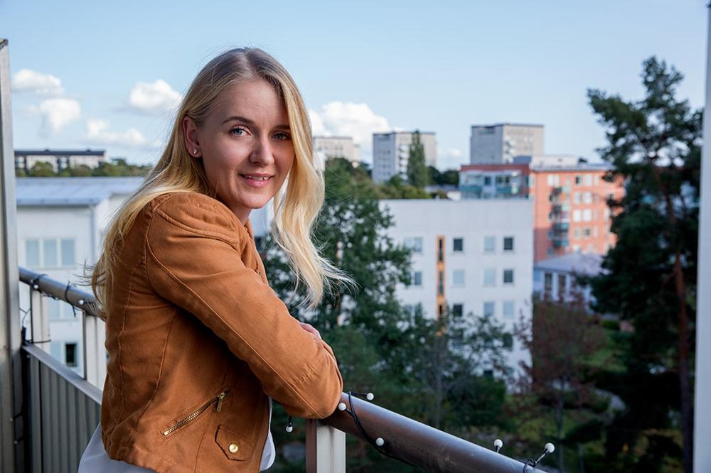 Från Linda Berghs balkong på Maltesholmsvägen har hon milsvid utsikt över Hässelby, Mälaren och Mälaröarna.