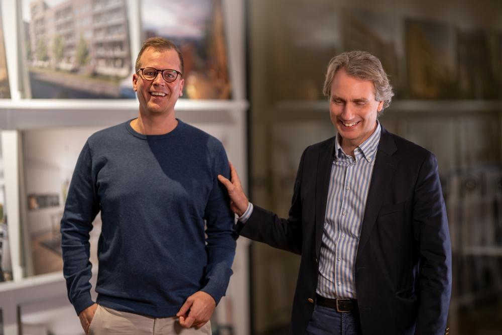 Robin Berkhuizen (VD på Emrahus) och Erik Selin (VD på Balder).  Foto: Mikael Florens/Emrahus.