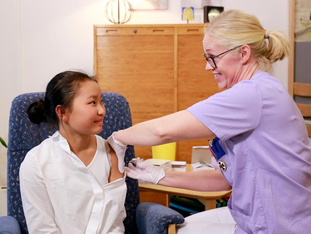 Vaccinationsdags. Alice Nilsson Bibin vaccineras av diskriktssköterskan Linda Andersson på vårdcentralen Hertig Knut i Halmstad. Alice vaccinerar sig mot influensan eftersom hon är hjärtopererad.