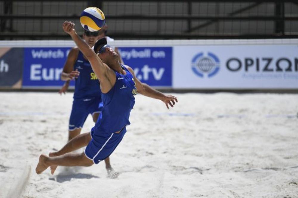 Martin Appelgren räddar Sverige framför ögonen på sin partner Alexander Annerstedt under segermatchen mot Grekland på midsommarsöndagen.