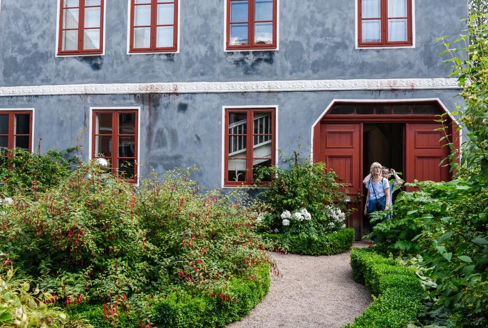 Thomanderska huset en sommardag, sett från trädgården. Foto: Viveca Ohlsson/Kulturen