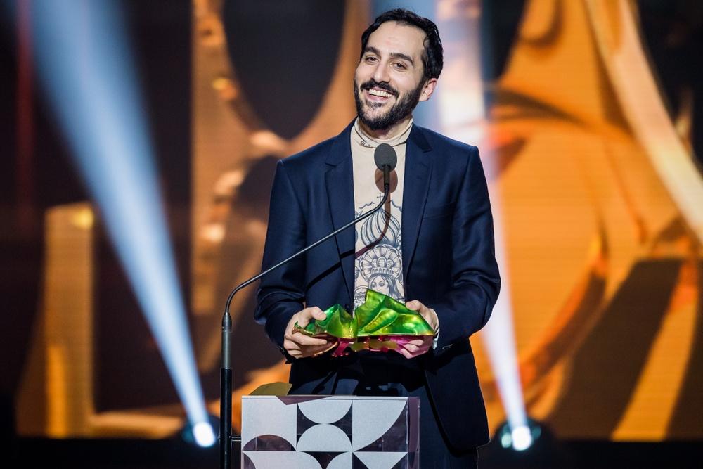 Levan Akin tar emot Guldbaggen för Bästa manus för And Then We Danced vid 2020 års Guldbaggegala. Foto: Pelle T. Nilsson