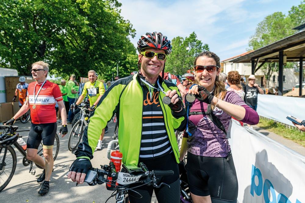 Prinsessan Tessy var trött men lycklig när hon gick i mål efter 30 mil på cykelsadeln, tillsammans med cykelkompisen Frank Floessel. Foto: Petter Blomberg.