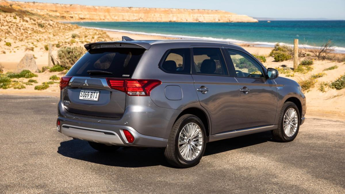 Mitsubishi Outlander PHEV ES 2018 review | Price, Features, Safety