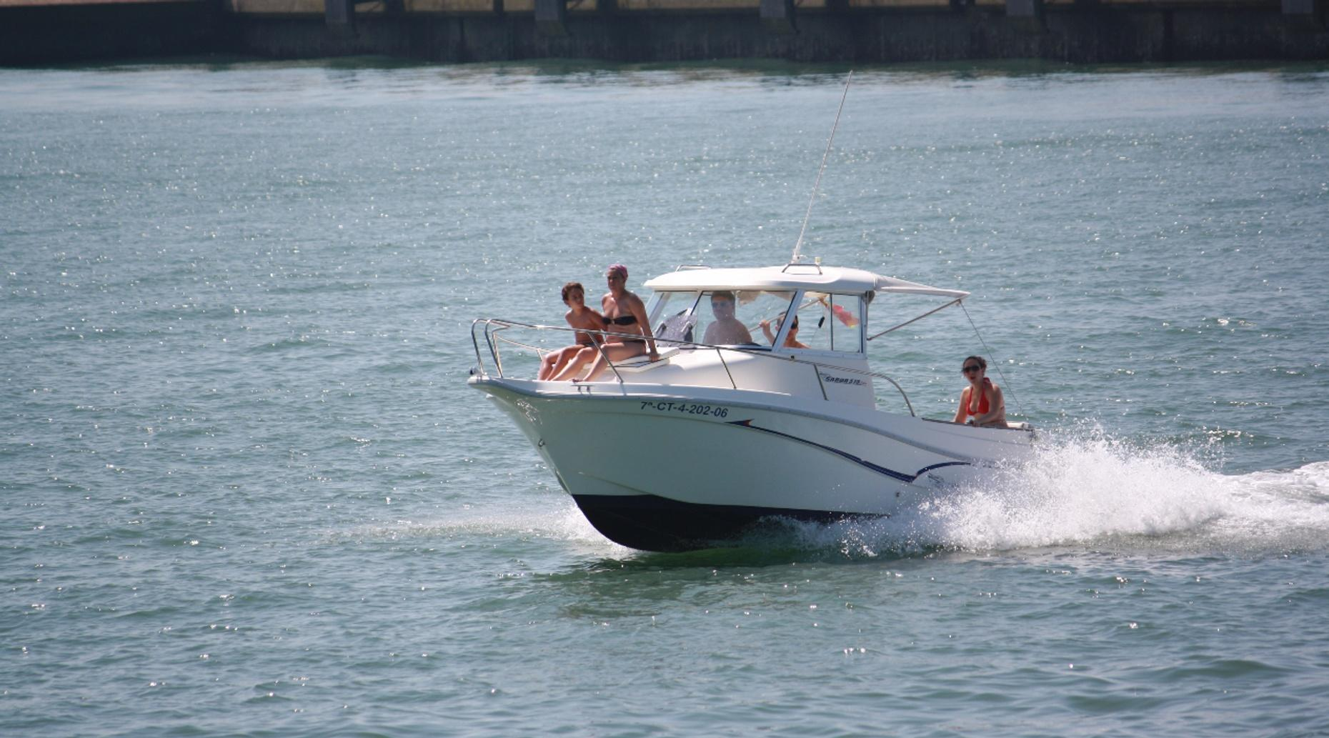 Two-Hour 17' Boston Whaler Boat Rental