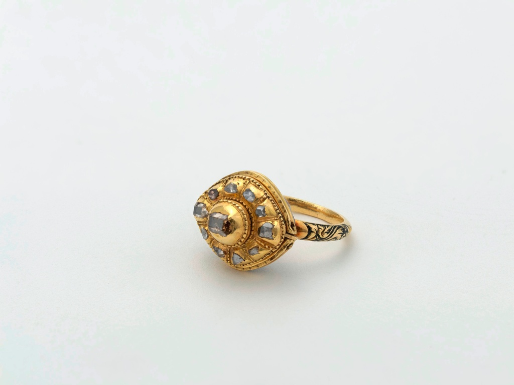 Golden cluster ring with diamonds and enamel