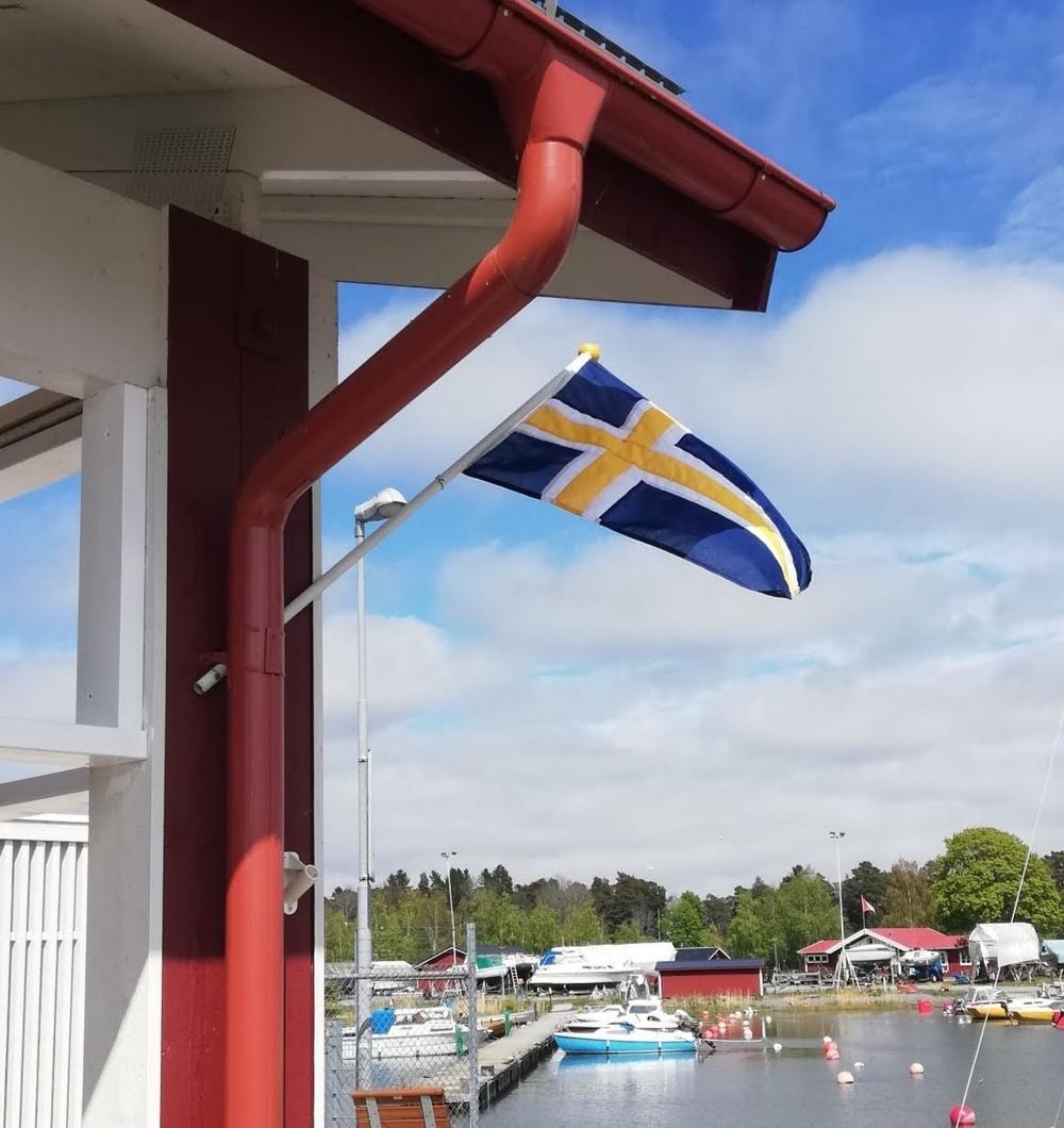 Roslagens flagga, framtagen på initiativ av Erik Rudolfsson.