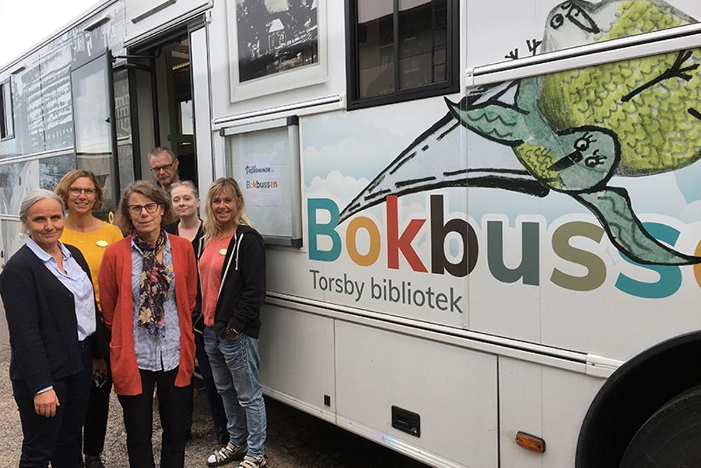 Sex personer står framför Torsby bokbuss.