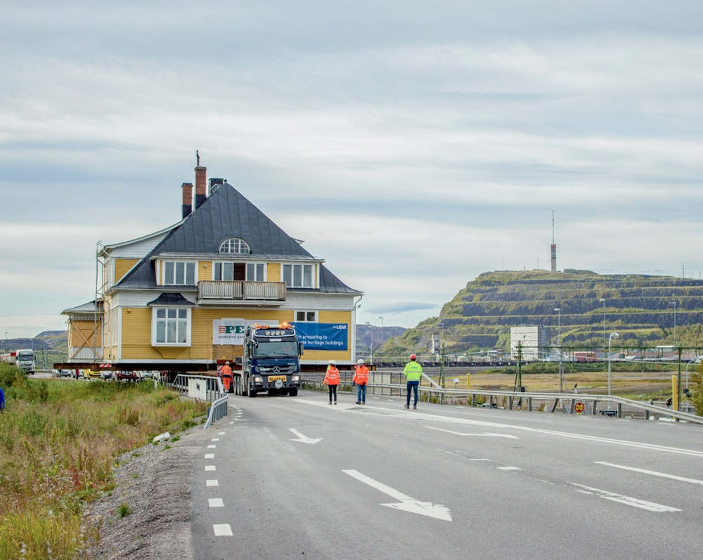 Cred: Jessica Nildén, The pic was taken on 2017-08-31 when the house was moved. Building: Ingenjörsvillan.  Info: Ingenjörsvillan is LKAB's 39th building in order and was completed in year 1900.
