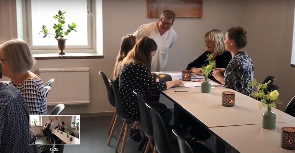 Kursen Att skriva barnbokskritik från 2019. Workshopledare Mia Österlund guidar deltagarna i konsten att skriva barnbokskritik. Foto: Sbi