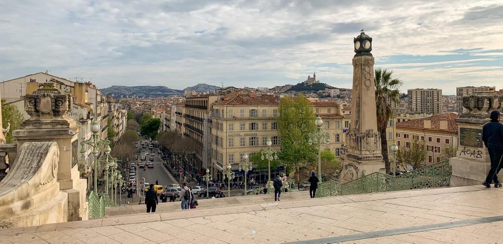 Utsikt från Marseilles centralstation där man tydligt ser att topografin är svår för en spårväg, vilket är en av anledningarna till att det inte går att åka spårvagn hit. En annan anledning är att man försöker undvika dubblering av reseutbudet.