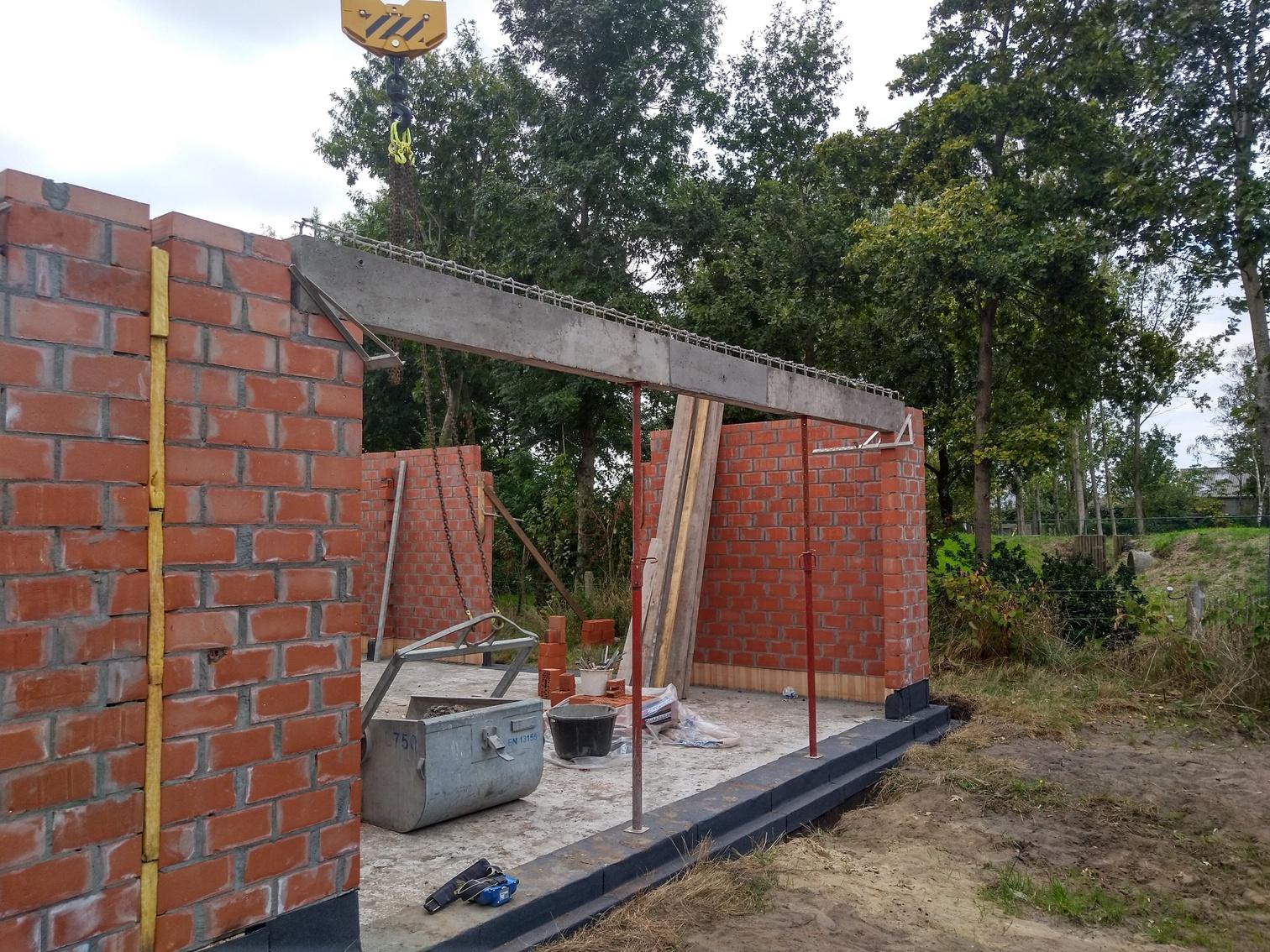 Plaatsen betonkolommen,dorpels en afvoerbuizen