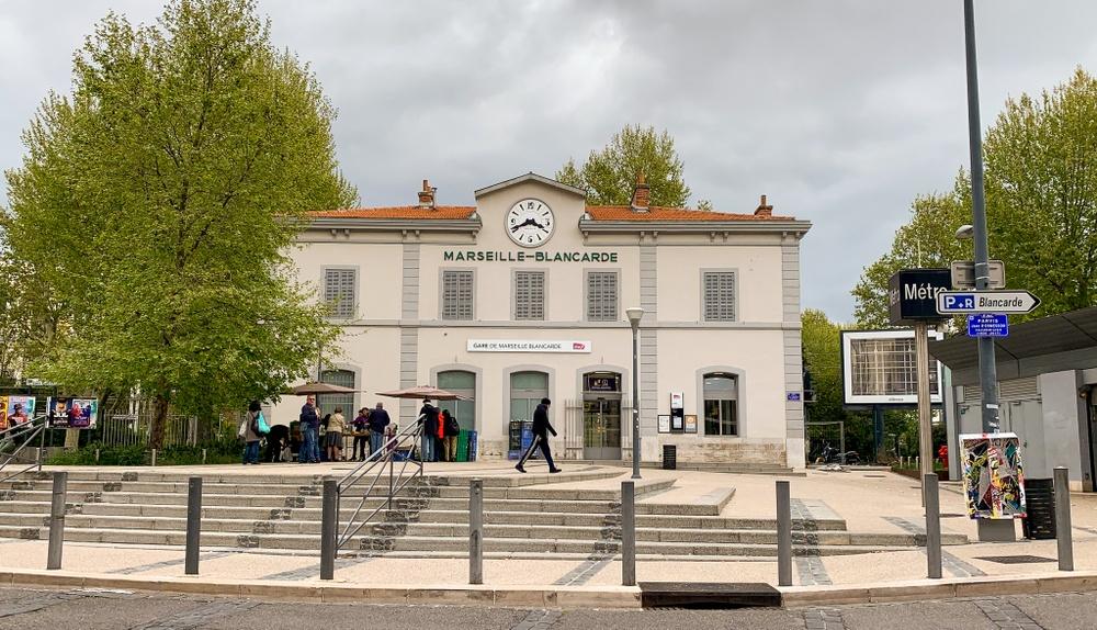 Bild på lokaltågsstationen Blancarde i Marseille med spårvägen precis utanför.