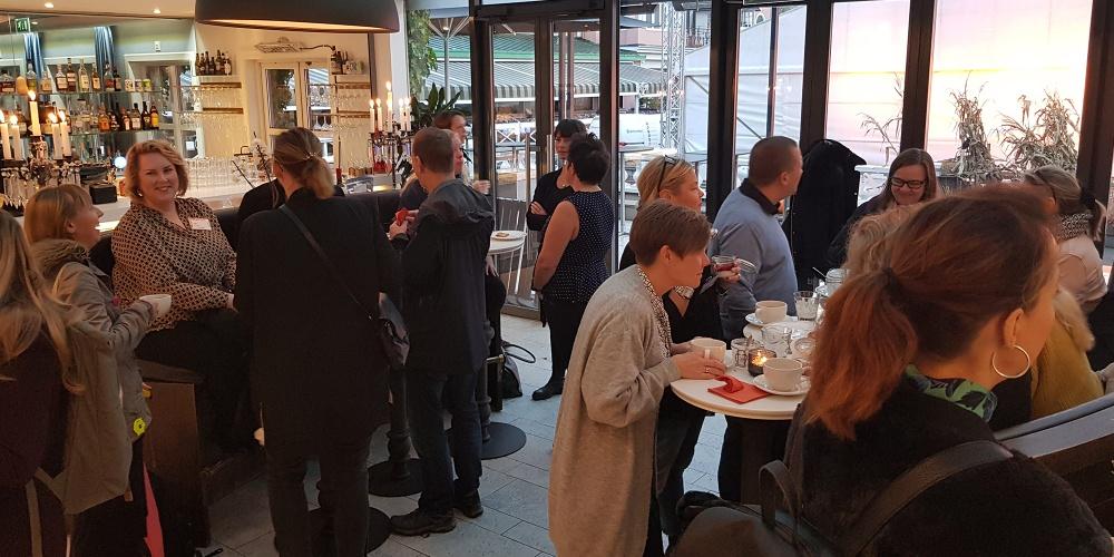 Studie- och yrkesvägledare minglar på Vägledarträffen i Göteborg