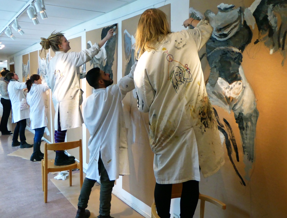 Ungomar målar på en vägg på Lunnevads folkhögskola
