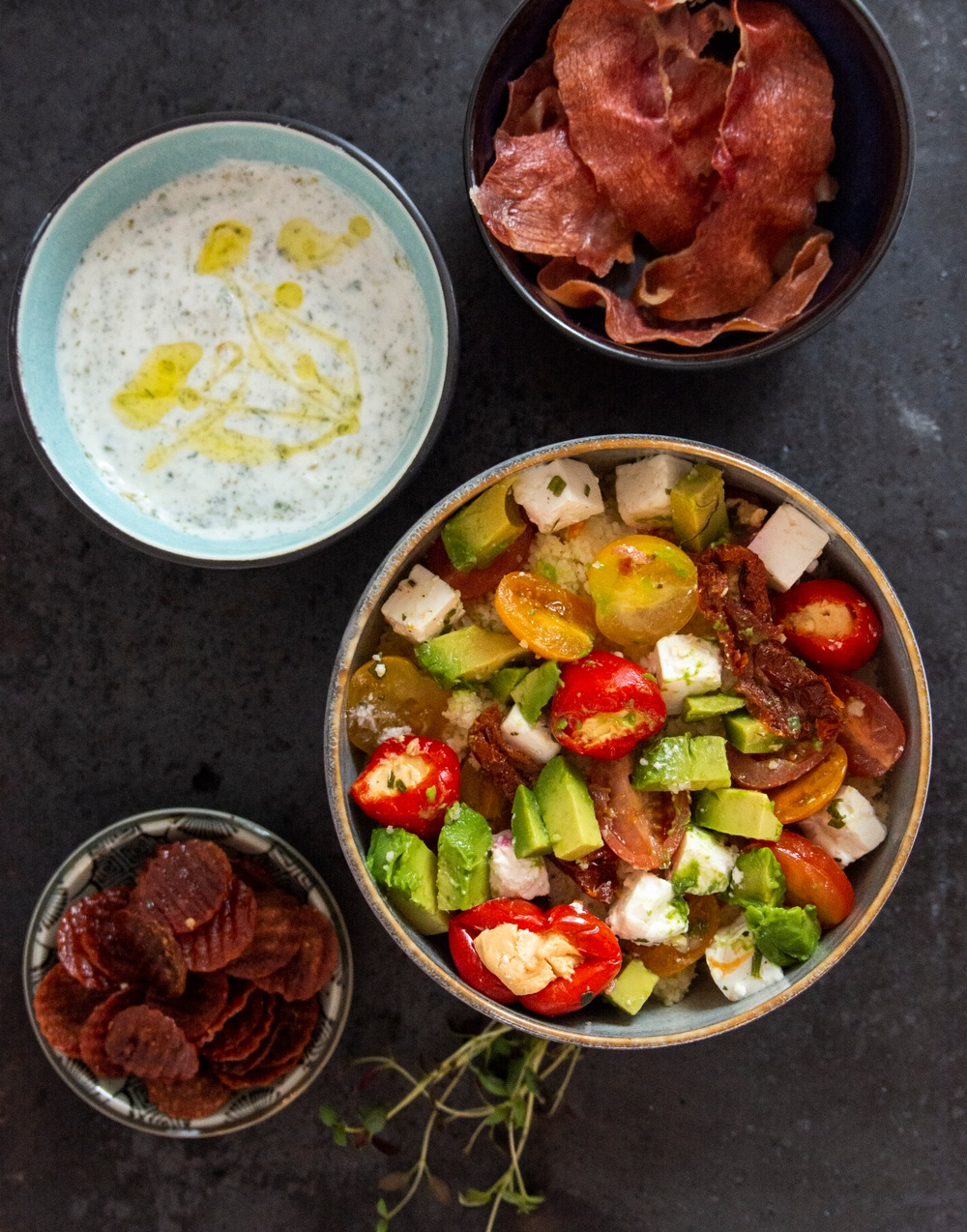 Couscous sallad med krispiga salamichips.