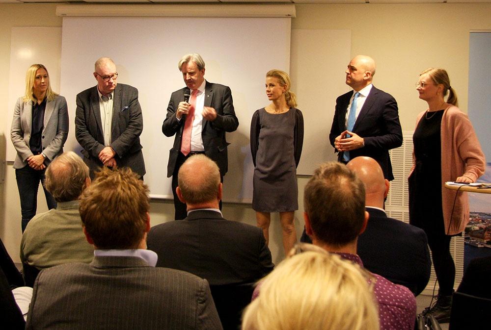 Från vänster: Anna Nordin Vasakronan, Pelle Björklund Svenska Bostäder, Mikael Eskils, Anna König Jerlmyr Finansborgarråd, Fredrik Reinfeldt f.d. statsminister och Helena Olsson från Fastighetsägarna Stockholm.