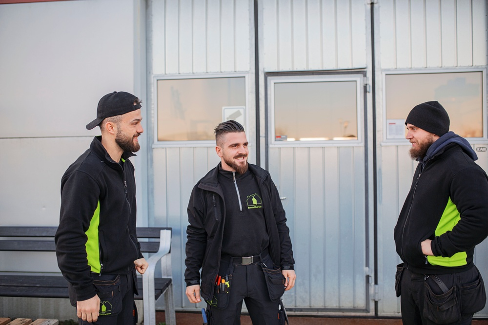 Arbetsledare miljövärdar Artrim Avdyli, bovärd Gerald Kaseja och miljövärd Robin Bjerstedt