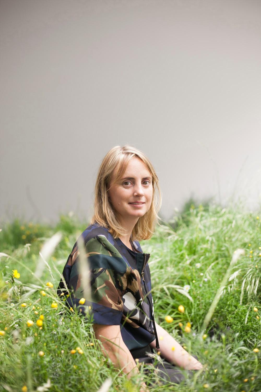 Den internationellt erkända konstnären Linda Tegg ställer ut för första gången i Sverige när hon gör en installation utanför ArkDes sommaren 2020. Konstverket Infield kommer ge besökarna möjlighet att uppleva ängsmark med drygt 80 olika svenska arter.  Genom Infield vill Tegg utforska förhållandet mellan människor och natur.   Photo by Tjaša Kalkan, courtesy Assemble Papers