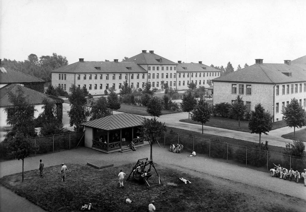 Rastgård vid manlig paviljong på Vipeholms sjukhus. 1940-tal. Foto ur Region Skånes medicinhistoriska samling.