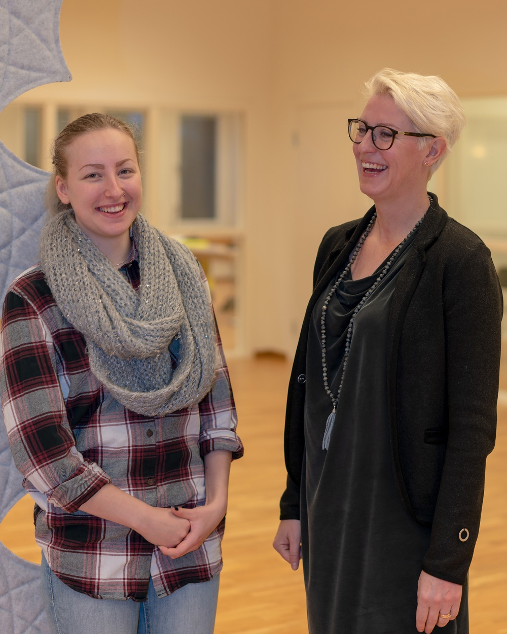 För Erica Boman är föraryrket en dröm som blir sann. Här tillsammans med BDX HR-chef Anna Jonsson. Foto: Magnus Höggren