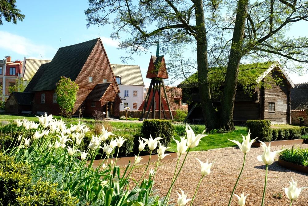 Bosebo kyrka och Uranäsboden en vårdag i friluftsmuseet på Kulturen i Lund. Foto: Jessica Ljung, Kulturen
