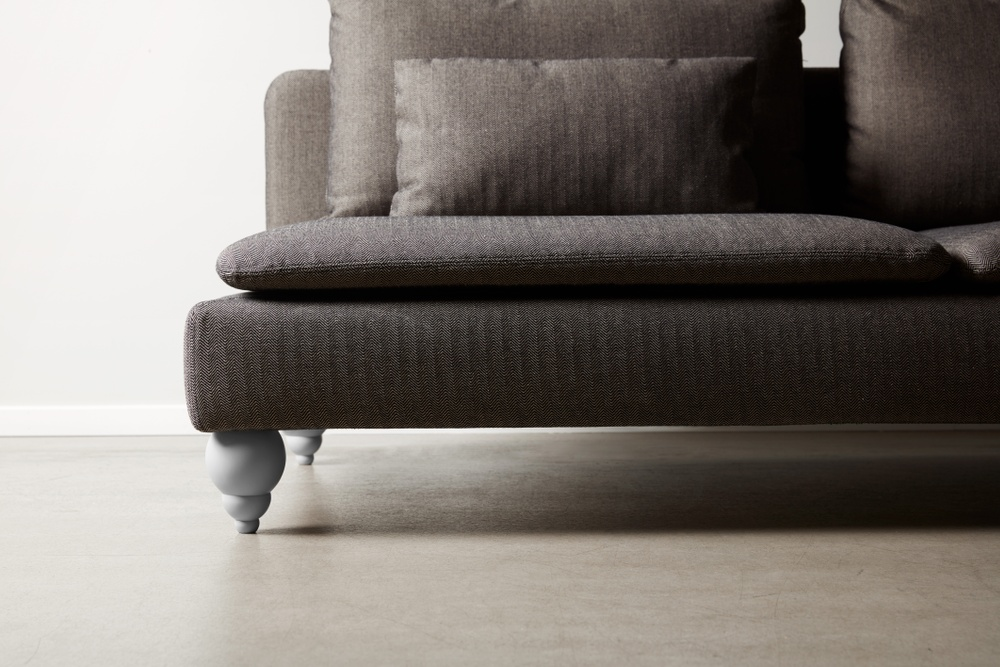 Bemz cover for IKEA Söderhamn sofa in Jet Black / Sand Beige Brinken Herringbone. Maxwell Ryan x Bemz by Apartment Therapy legs, model: Terence 14cm in Silver Grey.