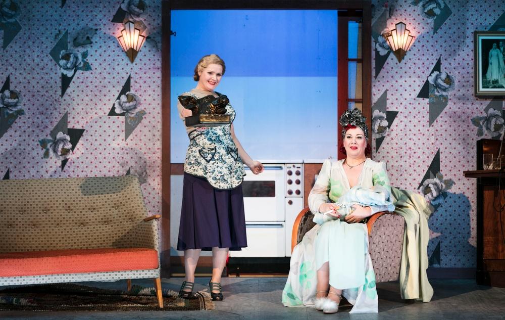 Adele (Anna-Maria Krawe) och Rosalinda Eisenstein (AnnLouice Lögdlund).