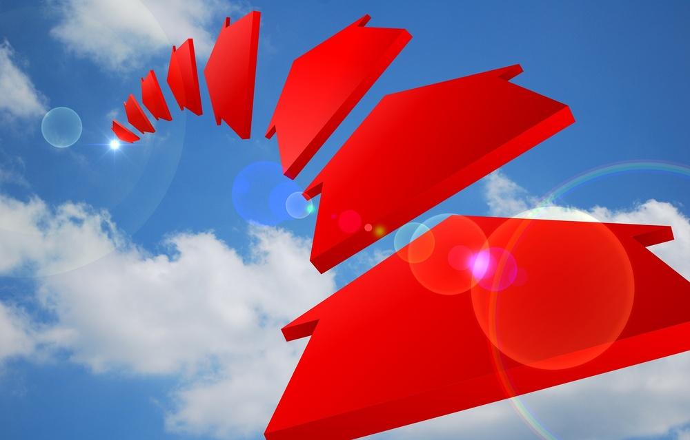 röda pilar mot blå himmel