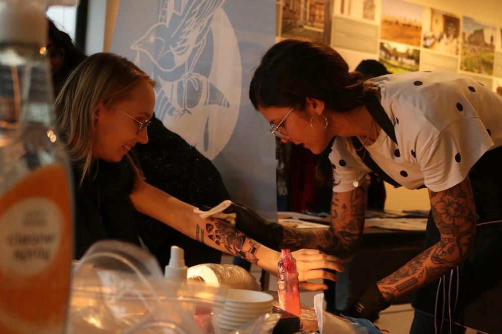 Tatuering pågår! Sisters Tattoo & Art Expo återkommer till Kulturen i Lund i februari 2020. Bilderna är från mässan i februari 2019. Foto: Fiona Coogan.